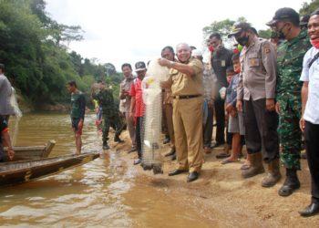 Bupati Tanjab Barat, Safrial saat membuka panen ikan di Lubuk Larangan. (Dok. Lamanesia)