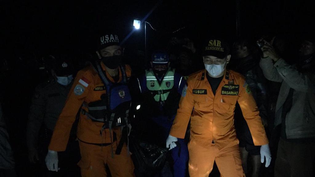 Proses evakuasi korban kapal Wicly Jaya Sakti tenggelam. (Dok. Humas Basarnas Jambi)