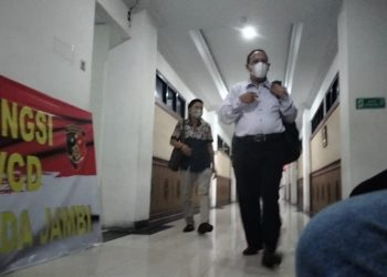 Ketua kelompok Koperasi Serba Usaha Pelang Jaya (KSUPJ) Budi Azwar datang bersama kuasa hukumnya menjalani pemeriksaan di Polda Jambi. (Dok. Lamanesia.com)