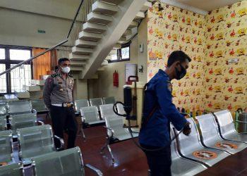 Kasubdit Regident Ditlantas Polda Jambi Kompol Heri Supriawan saat mengecek sterilisasi gedung Samsat Kota Jambi. (Dok. Lamanesia.com)