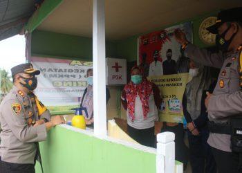 Kapolres Muaro Jambi AKBP Yuyan Priatmaja saat meninjau kampung tangguh PPKM berksala mikro di Desa Pematang Jering. (Dok. Lamanesia.com)