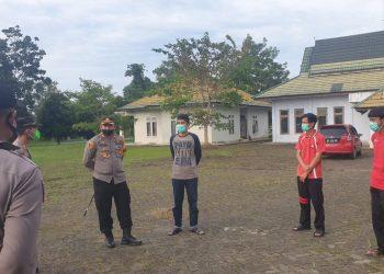 Kapolres Muaro Jambi AKBP Yuyan Priatmaja saat mengecek fasilitas di rumah isolasi. (Dok. Istimewa)