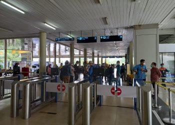 Scan QR-Code Aplikasi PeduliLindungi agar Autogate Bandara Sultan Thaha Jambi terbuka otomatis.