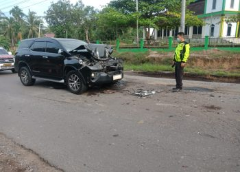 Mobil yang ditumpangi Bupati Merangin Mashuri ringsek usai menabrak truk batubara. (Dok. Lamanesia.com)