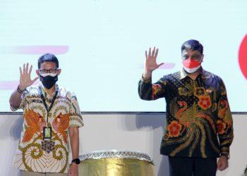 Tampak pada gambar Menteri Pariwisata dan Ekonomi Kreatif Republik Indonesia, Sandiaga Uno (kiri) dan Director and Chief Operating Officer Indosat Ooredoo, Vikram Sinha (kanan), saat berfoto bersama saat peluncuran layanan 5G Indosat Ooredoo di Surabaya (16/9).