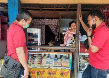 Sales Area Manager Indosat Ooredoo Jambi Jaib Turnip saat mengunjungi konter Fatih Cell di Bram Itam, Kabupaten Tanjung Jabung Barat. (Dok. Lamanesia.com)