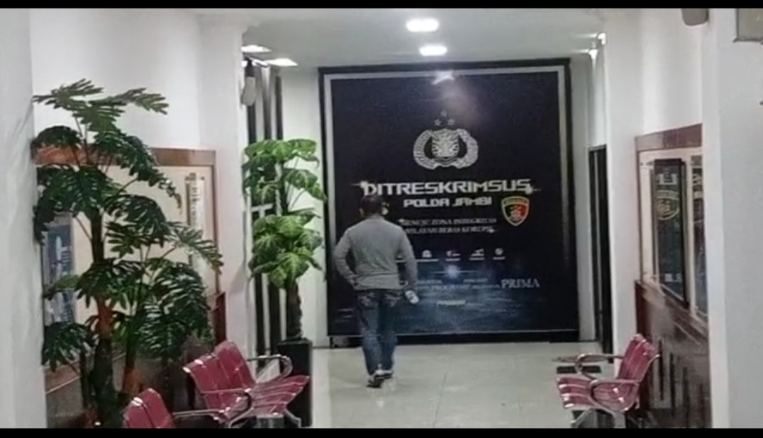 Hendry Attan alias Ateng saat hendak memasuki ruang Subdit III Tipikor Ditreskrimsus Polda Jambi. (Dok. Istimewa)